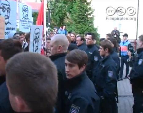 bild von den protesten gegen sarrazin mit polizeikette