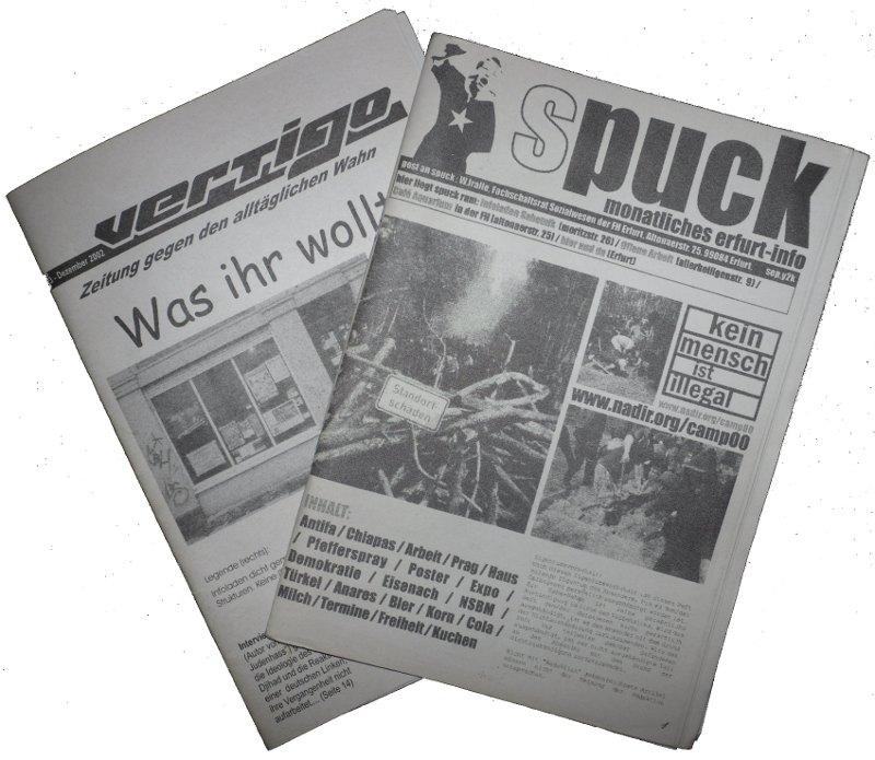 ein foto mit zwei ausgaben der zeitschriften drauf. papier. hefte. selbst kopiert irgendwie und geheftet