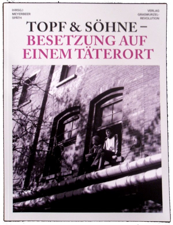 Abbildung des Buchtitels. Unter dem Titel ist ein Foto von der Hausfassade. In einem Fenster sitzen zwei Menschen und lassen die Beine heraus baumeln.